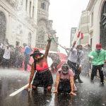 Перунун кулатылган президенти Мартин Вискаррдын тарапташтары Лима шаарындагы демонстрация учурунда