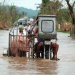 Мотоцикл менен чочкону ташып бара жатышат. Филиппиндеги суу каптаган жол. Вамко деп аталган тайфундан кеминде үч киши каза таап, төртөө белгисиз болуп жатат. 2 миллионго чукул адам жарыксыз калган