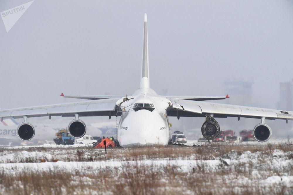 Волга — Днепр авиакомпаниясына тиешелүү болгон Ан-124 кыймылдаткычындагы көйгөйлөрдөн улам Толмачево (Россия) эл аралык аба майданына аргасыздан конду