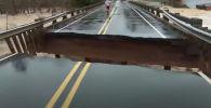 Часть моста в американском штате Северная Каролина обрушилась в момент, когда журналисты местного телеканала вели прямую трансляцию о непогоде.
