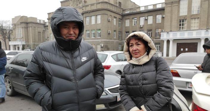 Арасында Атамбаевдин жубайы Раиса Атамбаева, уулдары, кызы, күйөө баласы жүрөт