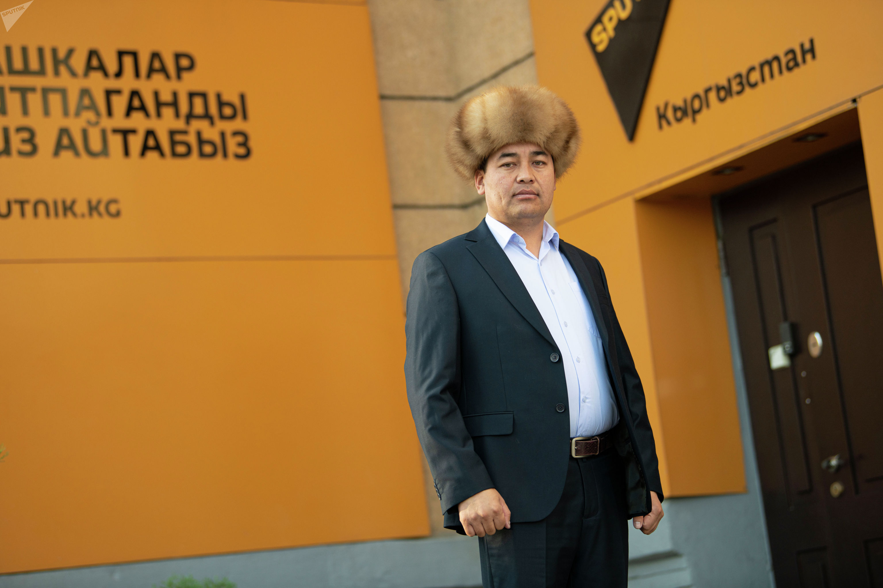 Манасчи Доолот Сыдыков, который непрерывно сказывал эпос Манас 14 часов 27 минут на площади Ала-Тоо в Бишкеке.