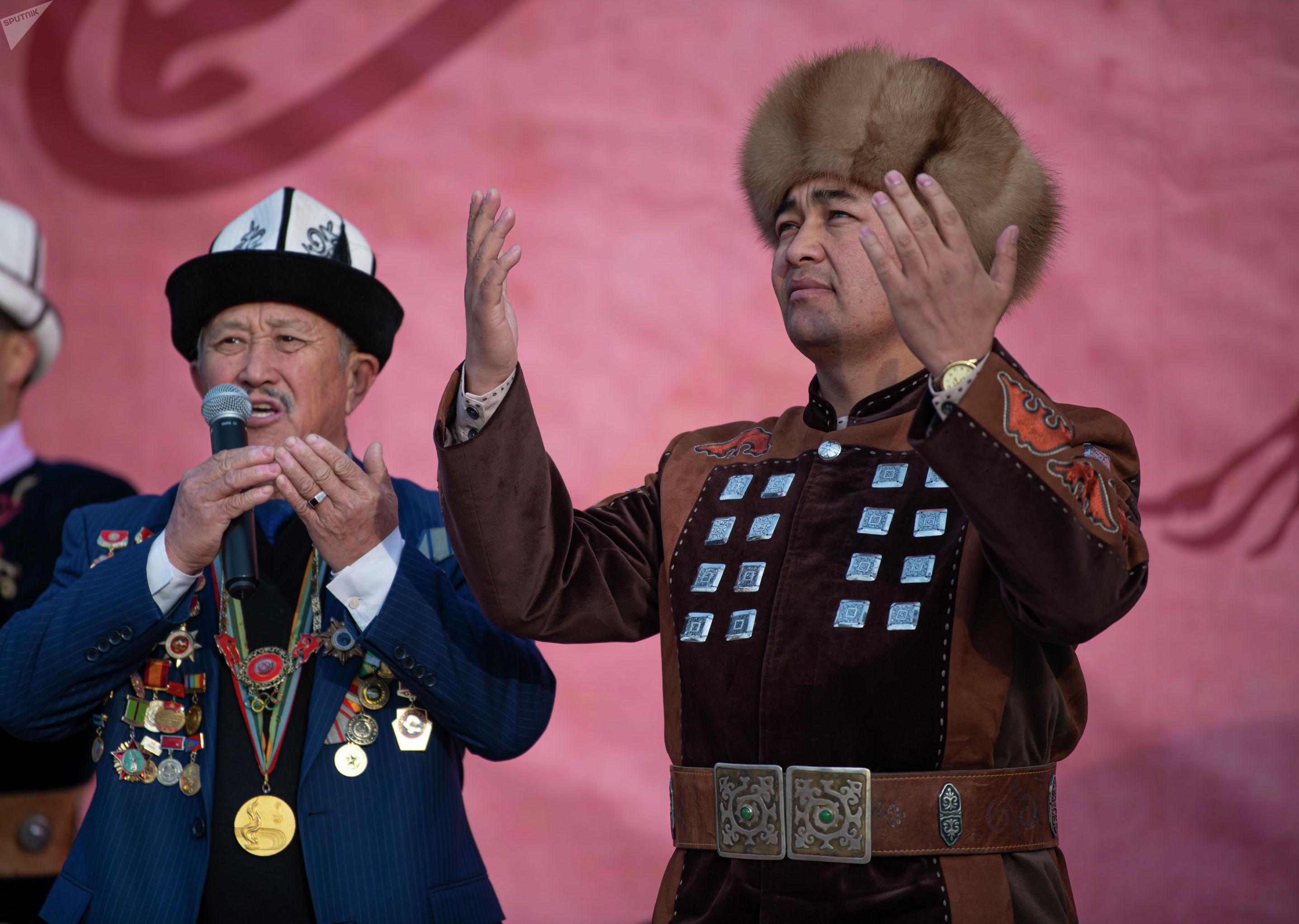 Манасчи Доолот Сыдыков намеревается сказывать эпос Манас непрерывно для книги рекордов Гиннесса на площади Ала-Тоо в Бишкеке