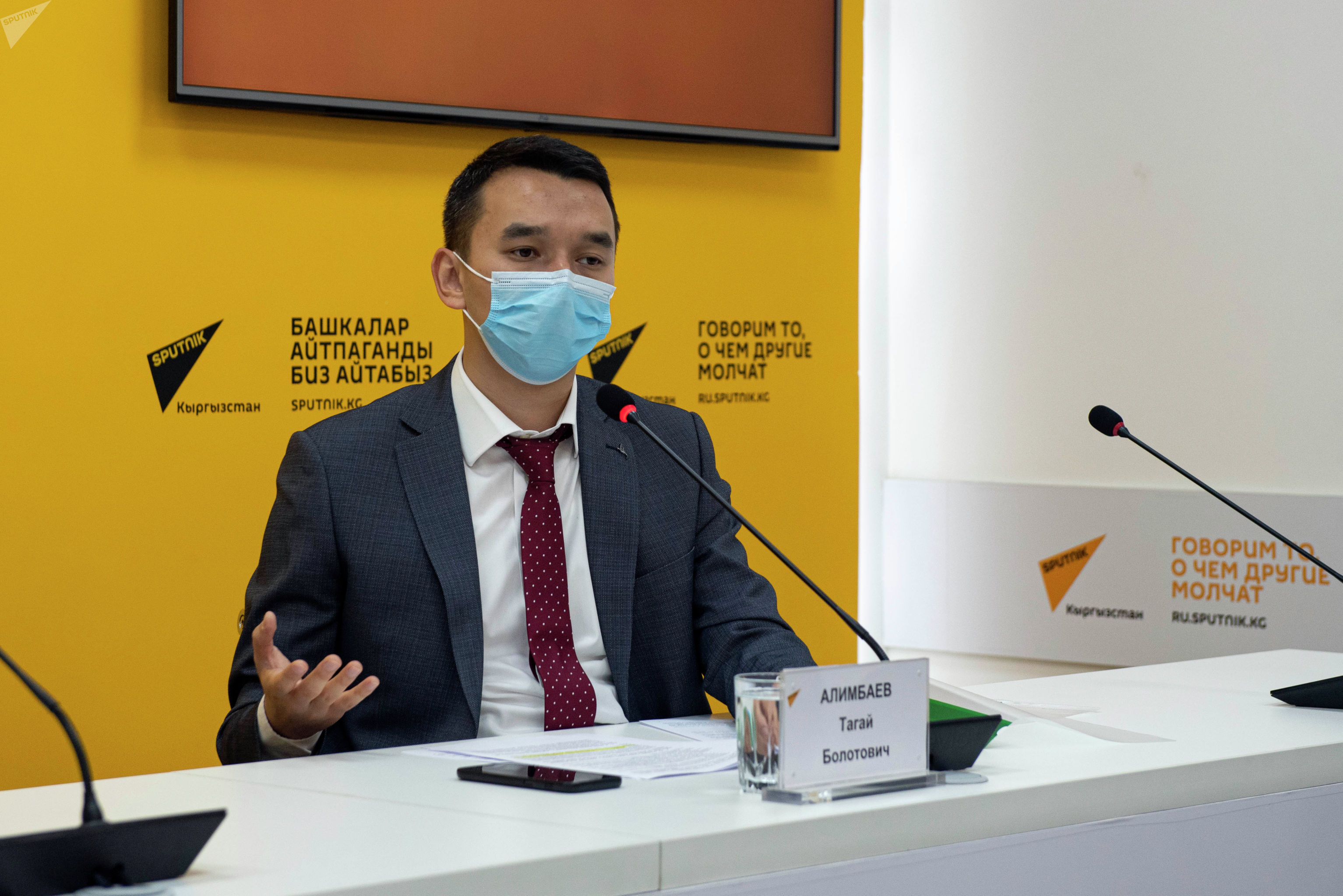 Специалист по мониторингу и связям с общественностью группы реализации инвестиционных проектов Азиатского банка развития при Министерстве транспорта и дорог Тагай Алимбаев в мультимедийном пресс-центре Sputnik Кыргызстан.