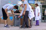 Сотрудники больницы получают кислородные концентраторы от АБР и Детского фонда ООН (ЮНИСЕФ)
