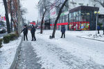 Сотрудники милиции во время эвакуации посетителей ГУМа в Бишкеке