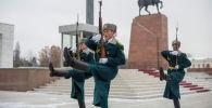 Смена почетного караула Национальной гвардии на площади Ала-Тоо в Бишкеке. Архивное фото