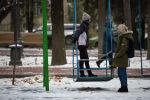 Молодые ребята на качелях на бульваре Эркиндик в Бишкеке