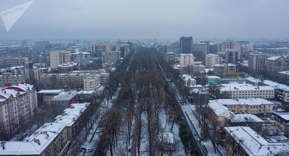 Вид на проспект Эркиндик с высоты во время снегопада в Бишкеке