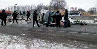 Последствия ДТП, где автомобиль марки Honda Stepwagen врезался в парапет и перевернулся.