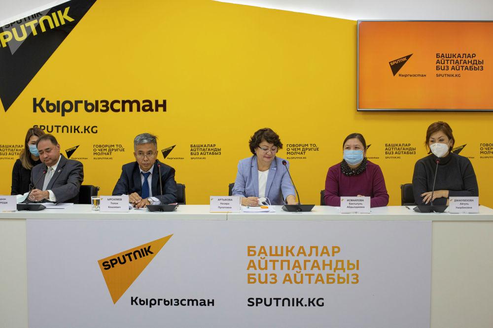 На брифинге, кроме прочего, стало известно, что многие кыргызстанцы принимают антибиотики для лечения от инфекций без предписания врача. Неправильное употребление антибиотиков приводит к ослаблению иммунитета. В таком случае организм становится беззащитным перед болезнями.