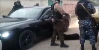 В багажнике BMW были обнаружены автомат Калашникова АК-103 калибра 7,62 миллиметра, а также 6 патронов к нему, два ножа и наркотические средства.