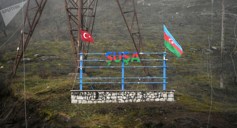 Флаг Азербайджана и Турции на въезде в город Шуши, Нагорный Карабах