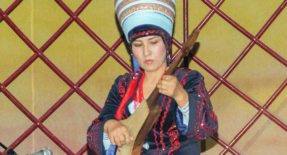 Кыргыз көчү комузчулар ансамблинин жетекчиси Мастура Бердибекова