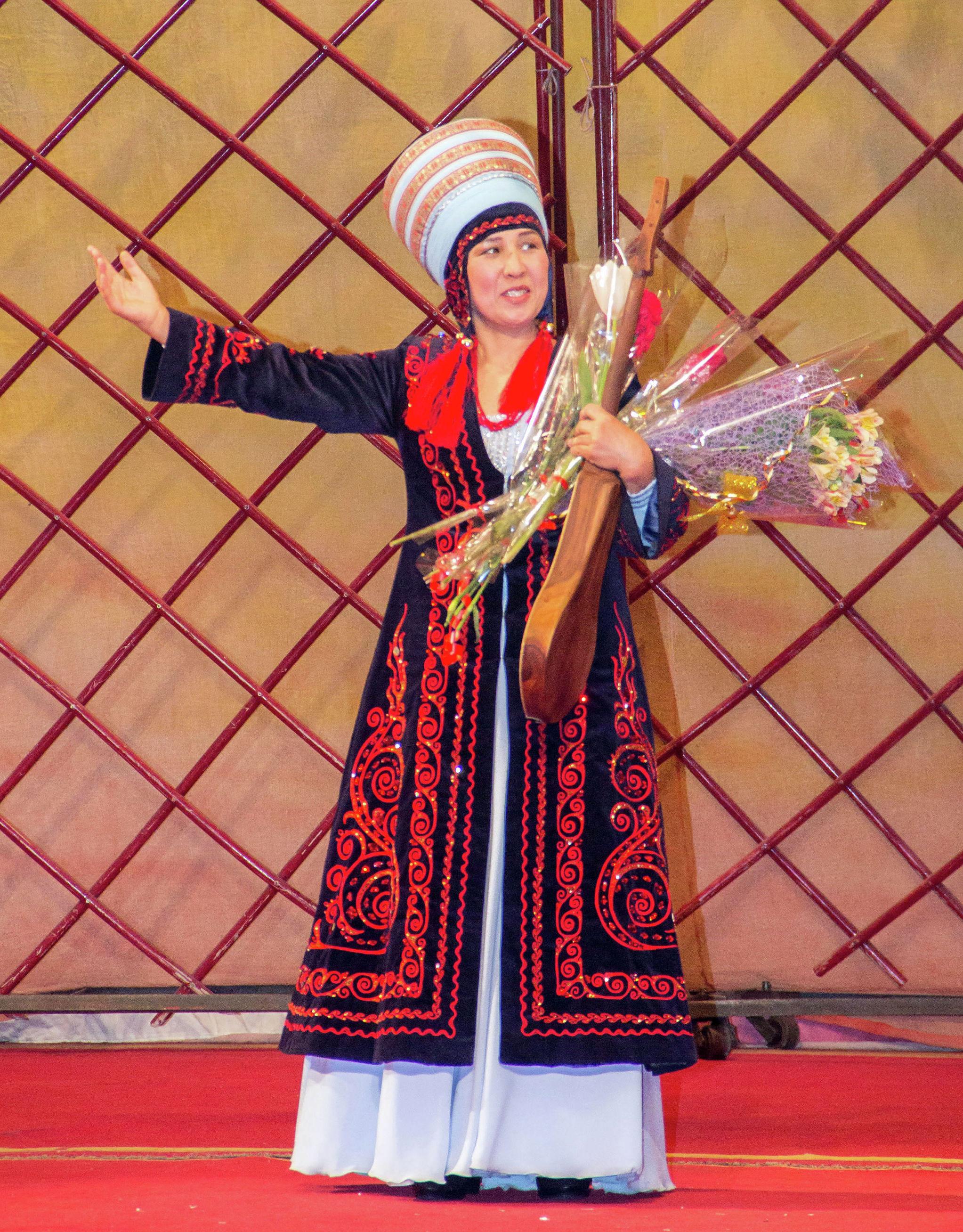 Руководитель ансамбля комузистов Кыргыз көчү Мастура Бердибекова на концерте