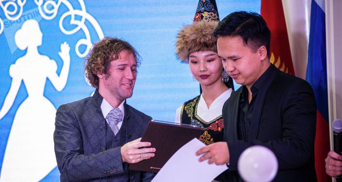 Награждение участника IV Открытого международного конкурса исполнителей русского романса Среднеазиатская романсиада В Бишкеке. 19 ноября 2020 года