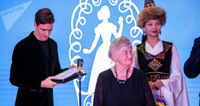 Награждение участницы IV Открытого международного конкурса исполнителей русского романса Среднеазиатская романсиада В Бишкеке. 19 ноября 2020 года