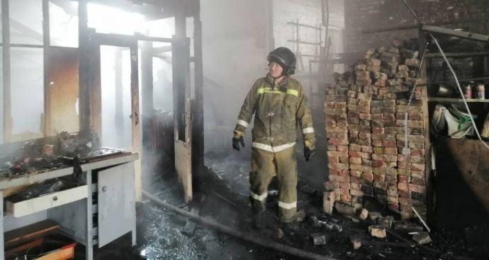 В селе Новопавловка пожар в здании СТО на территории бывшего завода. 20 ноября 2020 года