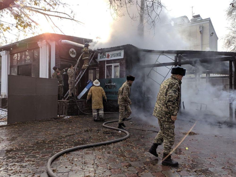 Сотрудник МЧС во время тушения пожара в кафе в центре Бишкека возле кинотеатра Ала-Тоо. 20 ноября 2020 года