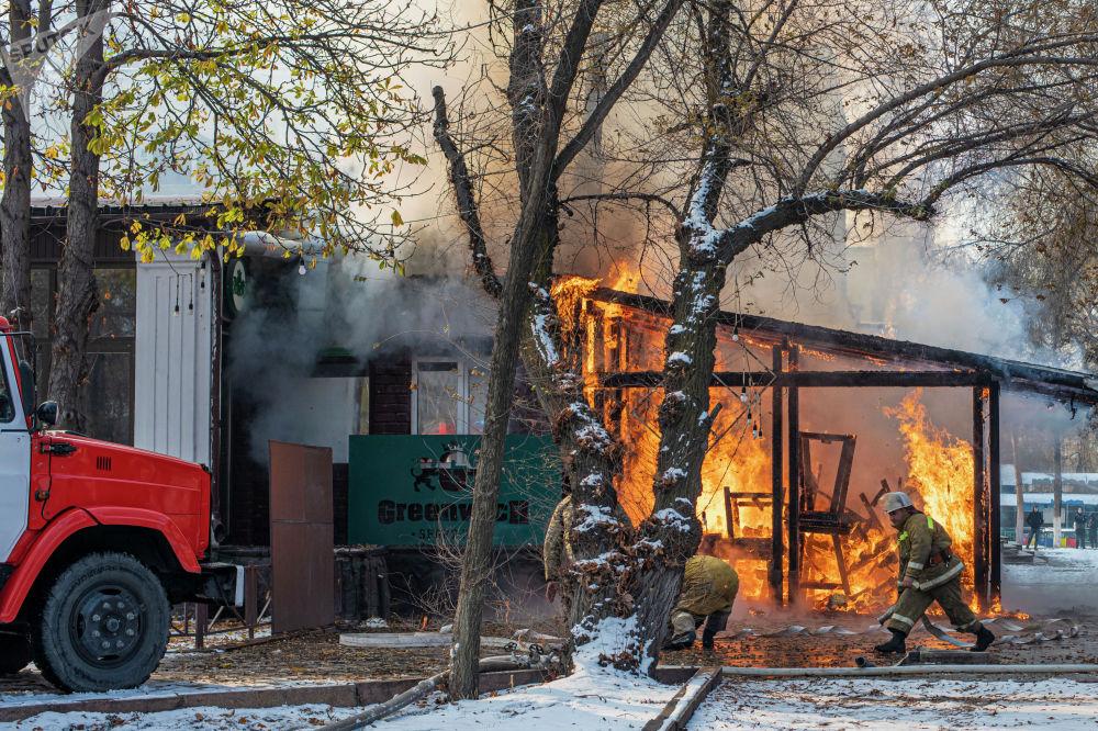 Сотрудники МЧС во время тушения пожара в кафе в центре Бишкека возле кинотеатра Ала-Тоо. 20 ноября 2020 года