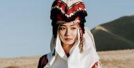 Студентка из Кыргызстана Сезим Чотубаева во время фотосессии в национальной одежде