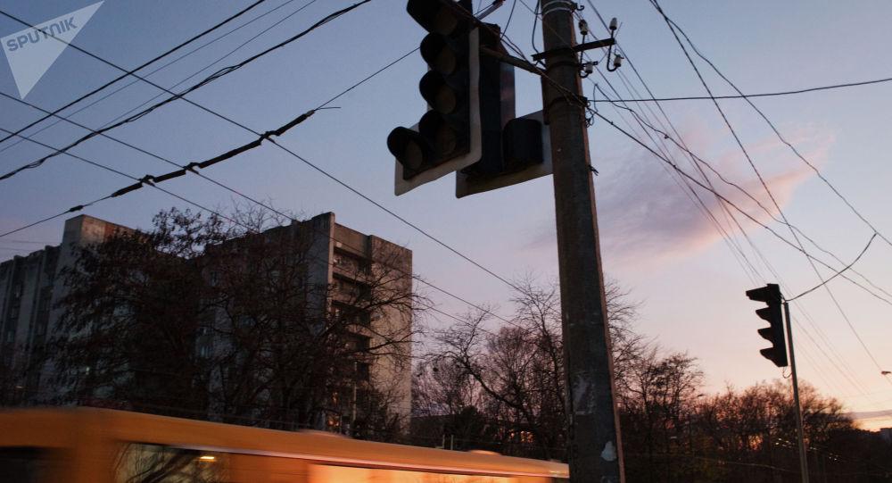 Отключенные светофоры на перекрестке улиц. Архивное фото