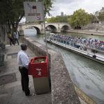 Общественный писсуар на одной из улиц Парижа. Власти начали установку подобных писсуаров, однако не все жители это одобряют.