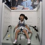 Девочка в туалете космического корабля на выставке Space Experience в Сеуле в 2007 году