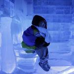Мальчик на ледяном унитазе на выставке Ice Gallery в Сеуле, Южная Корея