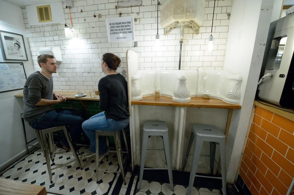 Посетители в бывшем общественном туалете, преобразованном в кафе в центре Лондона