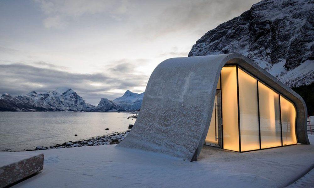 Общественный туалет на смотровой площадке Уреддплассен в Норвегии. В этом живописном месте появился самый красивый и, возможно, самый дорогой общественный туалет — на его строительство ушло 2 миллиона долларов.