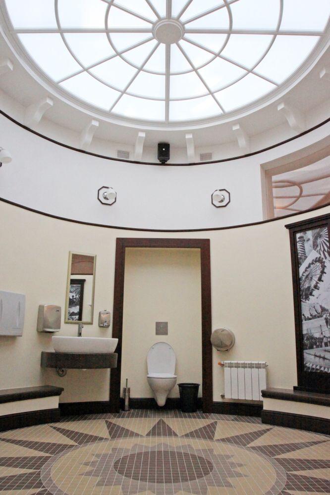 Общественный туалет в Парке Горького в Москве. Туалет является объектом культурного наследия.