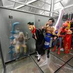 Актеры позируют в стеклянном туалете в Китае по случаю Всемирного дня туалета