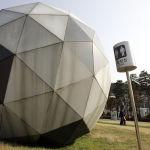 Туалет в форме гигантского футбольного мяча возле футбольного стадиона в Сувоне, Южная Корея