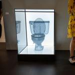 Посетители стоят около произведения искусства художника Do Ho Suh под названием Toilet, Apartment A, 348 West 22nd Street, New York, NY 10011, USA в галерее Lehmann Maupin в Базеле, Швейцария