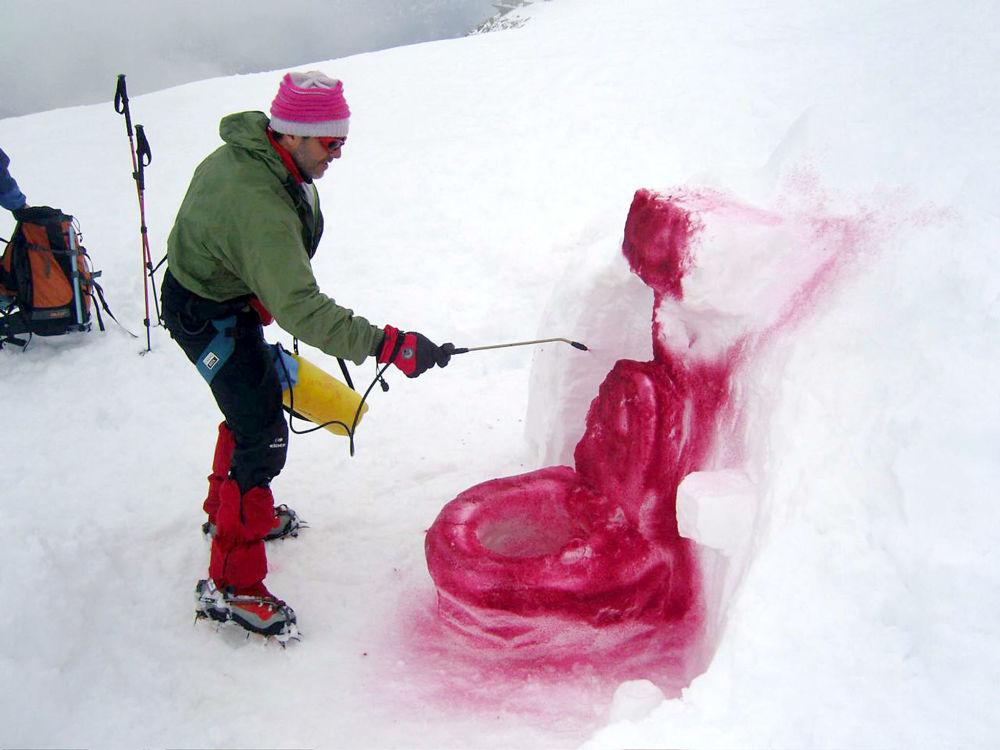 Датский художник Марко Эваристти создает скульптуру со льдом и краской, представляющей туалет, перевал Коль-де-Фламбо