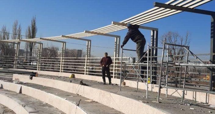 Работы ведущиеся на территории строящегося парка Ынтымак-2 на пересечении проспекта Чингиза Айтматова и улицы Аалы Токомбаева