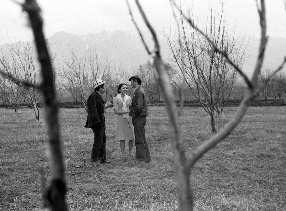 Алмалуу бакта баарлашкан кыргыз киносунун жылдыздары: Океев, Ажыбекова, Чокморов
