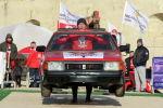 Севастополь шаарында Адам автоунаадан күчтүү аталыштагы мелдеште спортчу унаа кузовун көтөрүп бара жатат