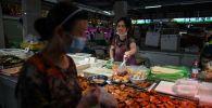 Прилавок на рынке, где продаются морепродукты, овощи и мясо в Ухане