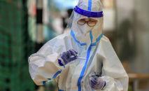 Медицинский работник держит набор для проведения экспресс-теста на COVID-19