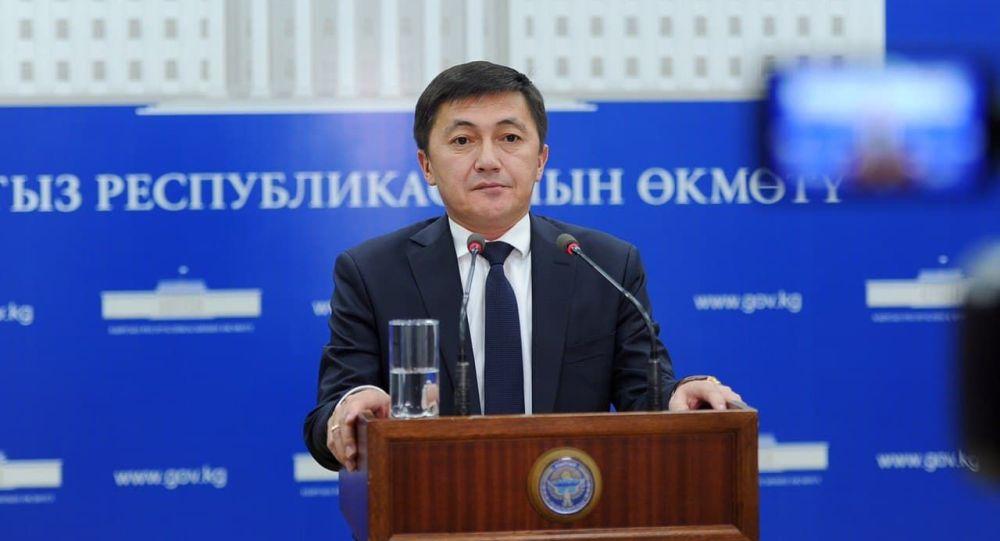 Глава Социального фонда КР Медер Ирсалиев во время выступления на брифинге правительства