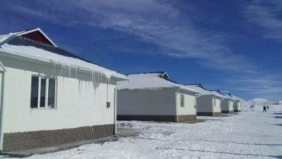 Дома в селе Талды-Суу Алайского района Ошской области, построенные для памирских кыргызов из Афганистана