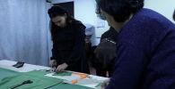Корреспондент Sputnik Кыргызстан побывала в мастерской женщин, которые объединились, чтобы помогать друг другу бороться с онкологическими заболеваниями.