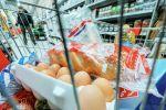 Тележка с продуктами в магазине. Архивное фото
