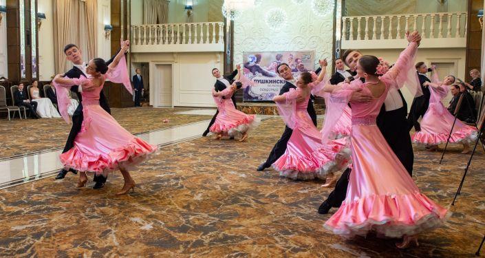 Сегодня, 24 ноября, в Бишкеке провели костюмированный Пушкинский бал