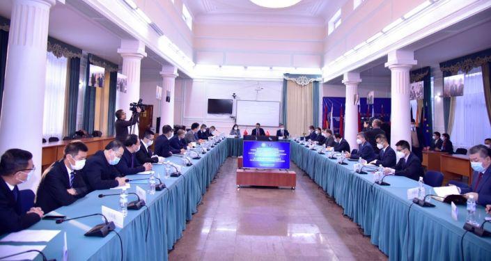 Встреча министра иностранных дел КР Руслана Казакбаева с представителями ведущих китайских компаний с участием ЧПП КНР в КР Ду Дэвэнь