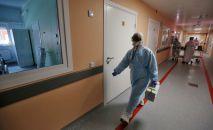 Медицинский работник в больнице. Архивное фото