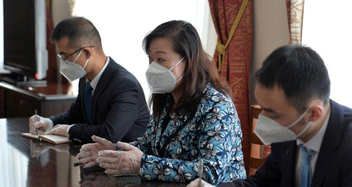 Исполняющий обязанности премьер-министра КР Артем Новиков в ходе встречи с Чрезвычайным и Полномочным Послом Китайской Народной Республики в Кырыгзстане Ду Дэвэнь