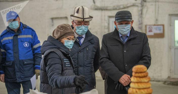 БУУнун Дүйнөлүк азык-түлүк программасынын долбоордук бөлүмүнүн башчысы Кыялбек Темишевдин айтымында, алгач айыл тургундары жолугушуп, абалды жакшыртууну сүйлөшүшөт